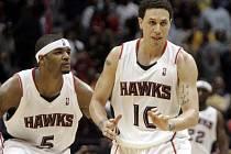 O vítězství Hawks rozhodl rozehrávač Mike Bibby (vpravo).