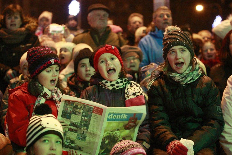 Česko zpívá koledy s deníkem na Alšově náměstí v Ostravě-Porubě. Lidé si zazpívali koledy společně s dětským sborem a zpěvačkou Markétou Konvičkovou