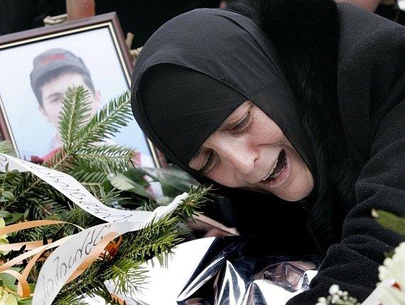 Tak to vypadalo před čtyřmi lety v Gruzii. Pohřeb Nodara Kumaritašviliho - na snímku jeho matka