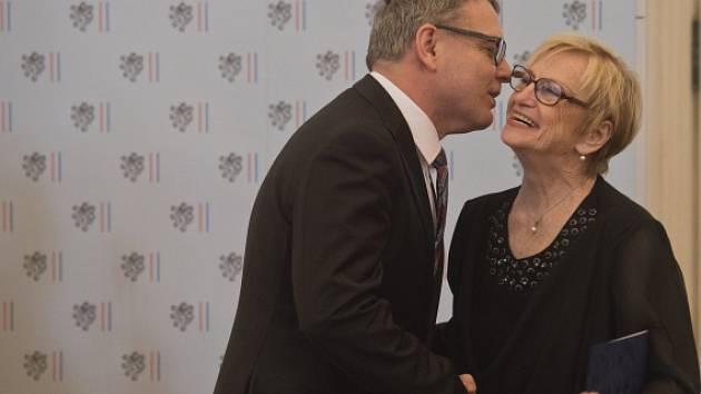 Olympijská vítězka Věra Čáslavská převzala 17. června v Praze z rukou ministra zahraničí Lubomíra Zaorálka cenu Gratias Agit 2016.