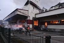 V Horní Cerekvi na Pelhřimovsku hoří 6. listopadu od časných raních hodin skladová hala společnosti IBK - Trade, zabývající se balením a pražením ořechů a sušeného ovoce.