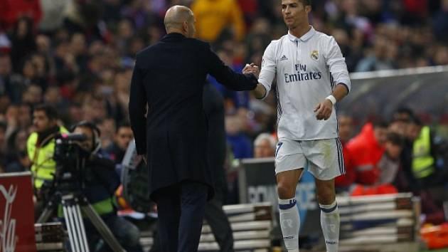 Cristiano Ronaldo a kouč Realu Zinedine Zidane během derby s Atléticem.