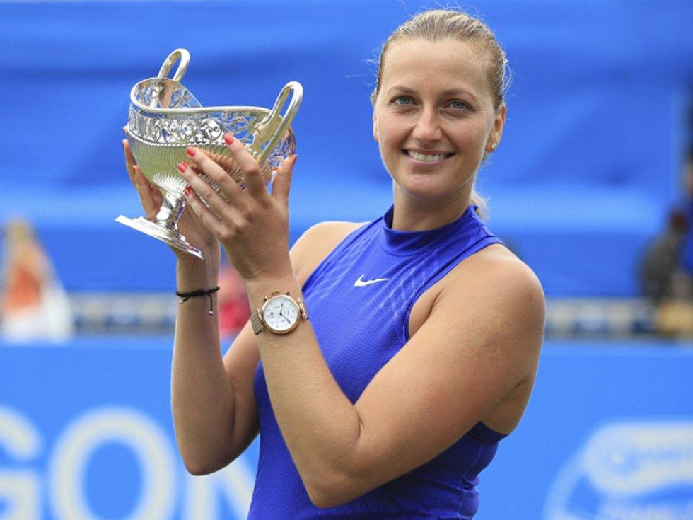 Petra Kvitová s trofejí pro vítězku turnaje v Birminghamu.