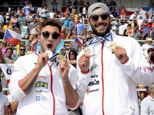 Mistři světa. Martin Fuksa (vlevo) a Josef Dostál s medailemi z mistrovství světa v Račicích.