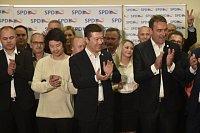 Tomio Okamura (uprostřed) slaví úspěch SPD ve volbách.