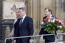S bývalým premiérem Stanislavem Grossem se dnes na Vyšehradě rozloučili ministerský předseda Bohuslav Sobotka (ČSSD), někteří členové vlády, další politici a desítky lidí.