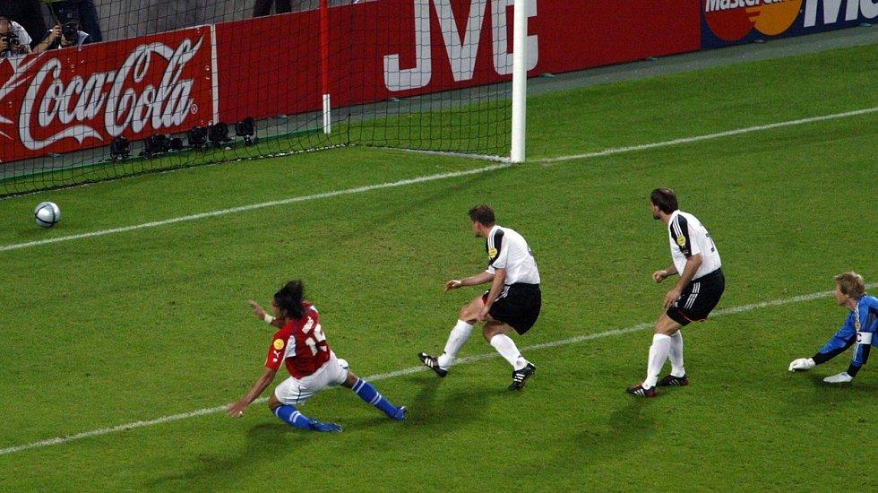 Milan Baroš skóruje do německé sítě.