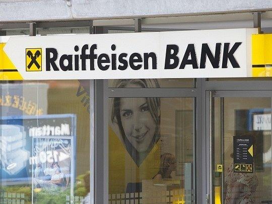 Dceřiná firma rakouské Raiffeisen Bank International uzavře do poloviny tohoto měsíce zbylé pobočky na Krymu.