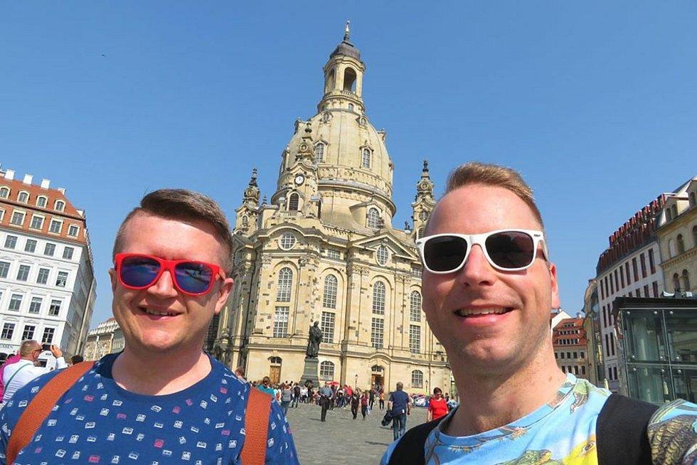 Registrovaný manželský pár Robert Zauer (40 let) a Tomáš Kavalec (38 let) z Teplic, selfíčka z cestování po světě. V Drážďanech.