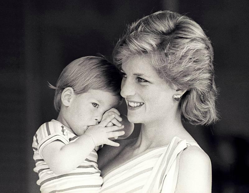Na rozdíl od starších členek královské rodiny Diana na veřejnosti dávala jasně na odiv mateřskou lásku. Své syny často držela v náručí nebo za ruce a snažila se jim dopřát co nejnormálnější dětství. Na snímku je s princem Harrym.