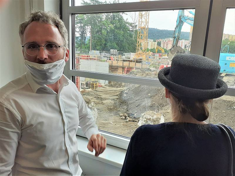 Primář kliniky anesteziologie, perioperační a intenzivní medicíny Josef Škola ukazuje probíhající rekonstrukci ústecké nemocnice.