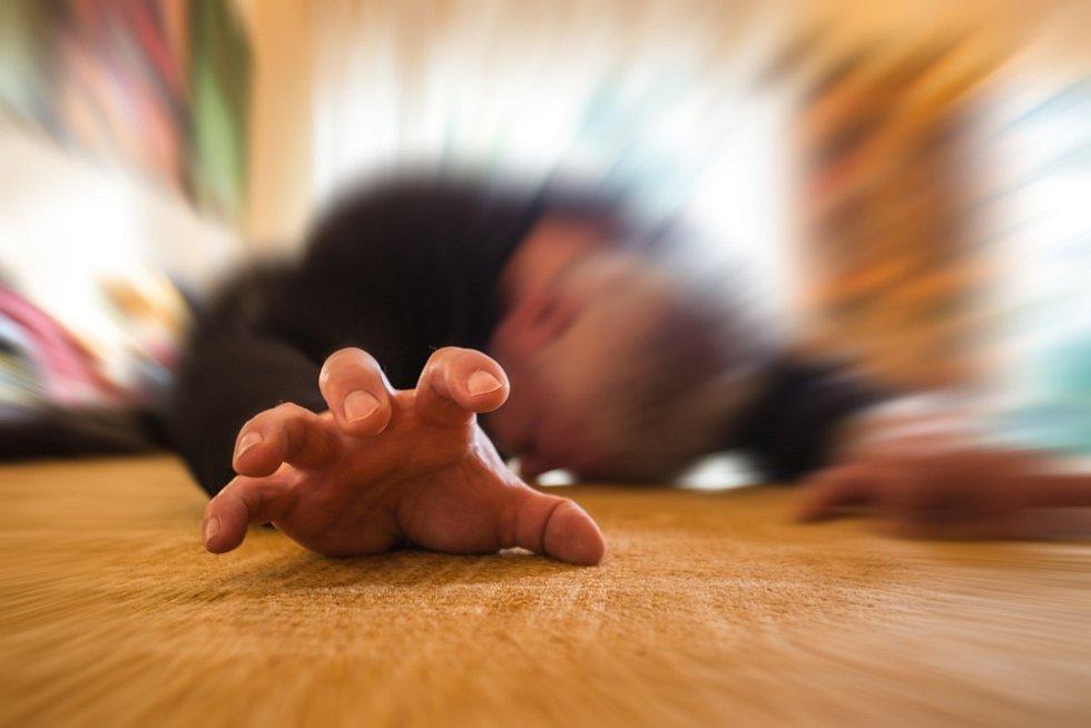 Hlavním projevem jsou epileptické záchvaty, které mohou mít různou podobu.
