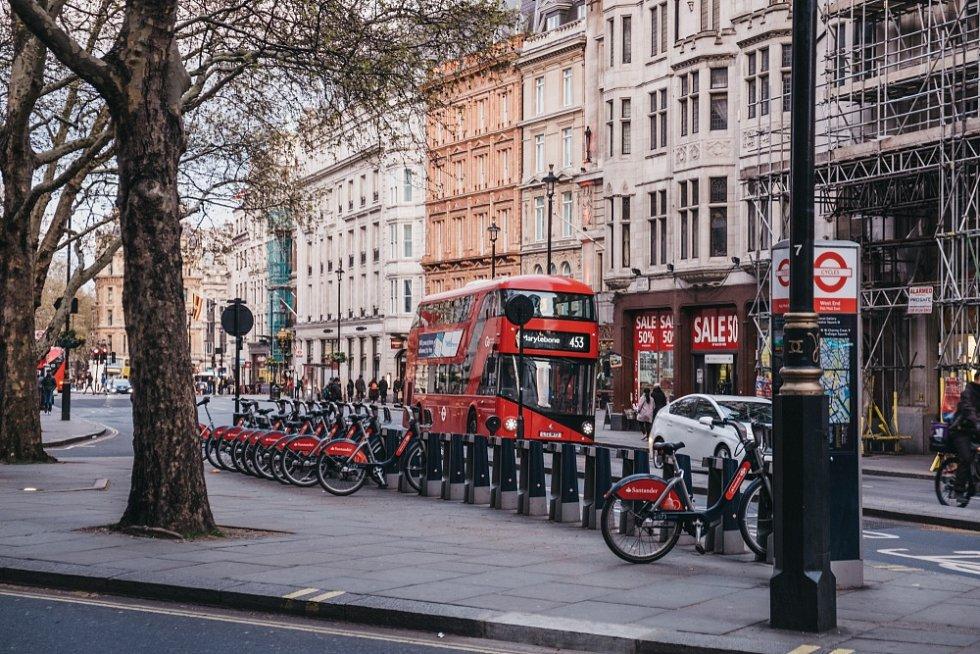 Ministr dopravy Grant Shapps oznámil plán na investice ve výši dvou miliard liber (zhruba 62 miliard korun) na podporu jízdy na kole a chůze.
