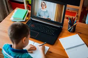 V době covidové pandemie musí školy spoléhat na distanční výuku