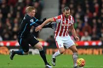 Stoke - Manchester City: Erik Pieters (vpravo) a Kevin de Bruyne
