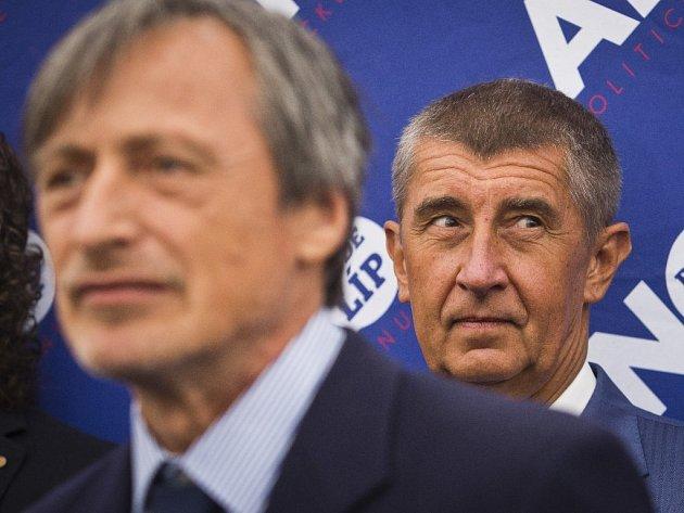 Ministr obrany Martin Stropnický (ANO) a ministr financí Andrej Babiš (ANO).