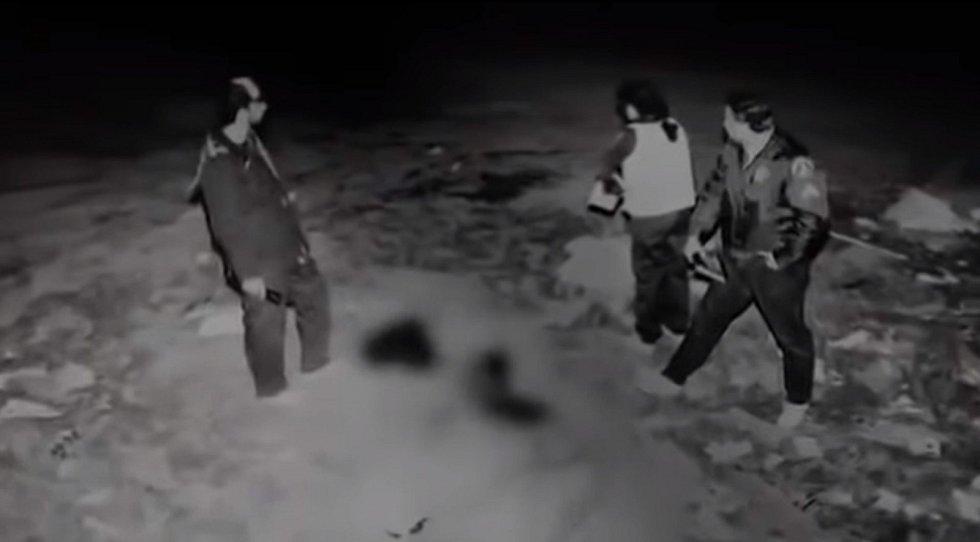 Snímek z vyšetřování na místě nálezu další obětí několikanásobného zabijáka