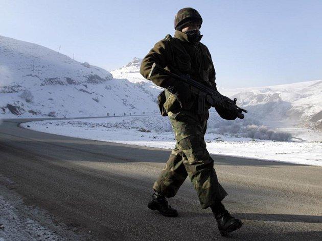 Turecký voják na hlídce u iráckých hranic.