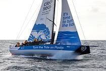 Jachta Turn the Tide on Plastic během závodu Volvo Ocean Race analyzuje mořskou vodu a měří množství mikroplastů.