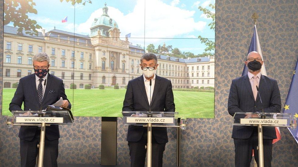 Zleva ministr průmyslu a obchodu a ministr dopravy Karel Havlíček, předseda vlády Andrej Babiš a ministr školství Robert Plaga