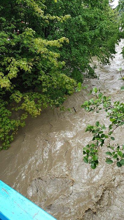 Rozvodněný potok Rokytenka ve vsetínské místní části Rokytnice.