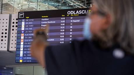 Turista sleduje odletovou tabuli na letišti ve Splitu