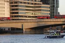 Incident na mostě London Bridge - Londýnské autobusy stojí na mostě London Bridge, kde policisté 29. listopadu 2019 zastřelili muže. Vpředu je policejní člun.
