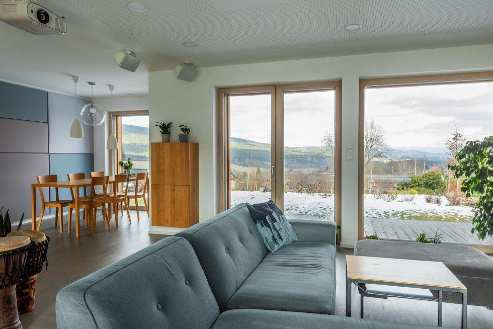 Interiér je opticky i provozně propojen s venkovními terasami, koupacím jezírkem a zahradou,