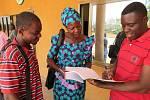 Obyvatelé Beninu a Toga studují pokyny pro obyvatelstvo během šíření horečky Lassa