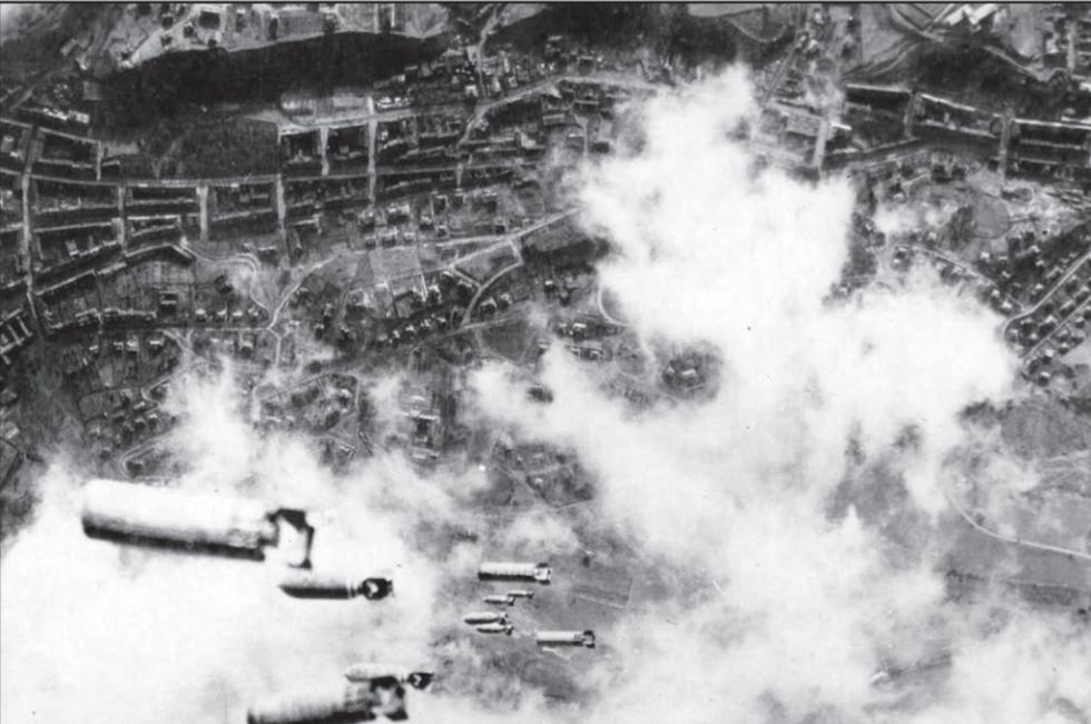 Bomby dopadající na Drážďany. Jde však o snímek z druhého, dubnového náletu, město už bylo zničené