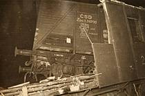 Jeden z vagonů osobního vlaku po srážce s motorákem