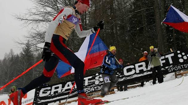 Lukáš Bauer projíždí před českými fanoušky.