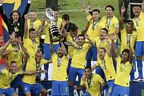Fotbalisté Brazílie s pohárem se radují z vítězství na Copa Américe.