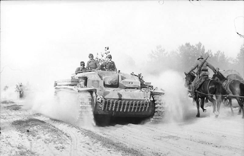 Postup německých útočných děl v doprovodu kavaleristů SS