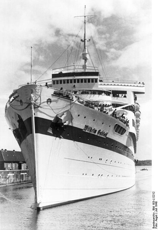 """Rekreační loď Wilhelm Gustloff byla těsně před začátkem války přidělena armádě a využívala ji i německá propaganda. Pověst """"plovoucího paláce"""" ji přibližovala Titaniku, s nímž bohužel sdílela i osud. Ke dnu však vzala víc než pětkrát tolik lidí"""