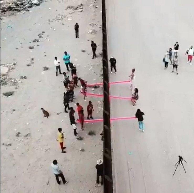 Organizátor kampaní proti pohraniční zdi Ronald Rael vytvořil hřiště mezi Spojenými státy a Mexikem