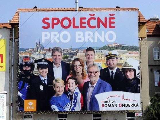"""Primátor Brna Roman Onderka (ČSSD) se objevil na několika místech ve městě na volebním billboardu s heslem """"Společně pro Brno"""" se skupinou lidí, mezi kterými je kromě něj dobrovolný hasič, motocyklový závodník, ale také členka Městské policie Brno."""