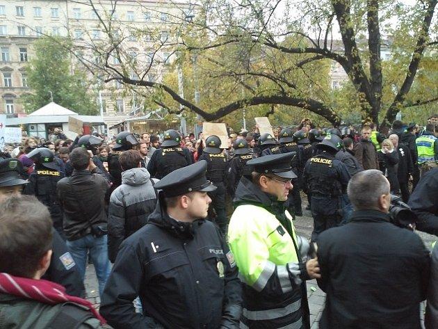 Na demonstraci odpůrců EU, migrace a islámu na náměstí Míru v Praze zasahovali 28. října těžkooděnci.