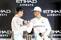 Nico Rosberg (vlevo) vystřídal na trůnu stájového kolegu Lewise Hamiltona.