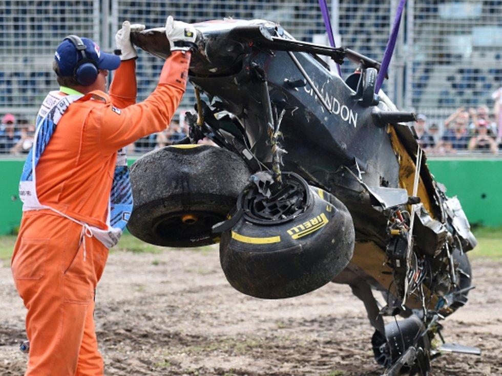 Vrak monopostu Fernanda Alonsa po nehodě ve Velké ceně Austrálie.