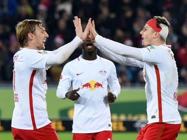 Fotbalisté Lipska se radují z gólu proti Freiburgu.