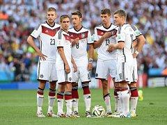 Fotbalisté Německa domlouvají taktiku proti Argentině.
