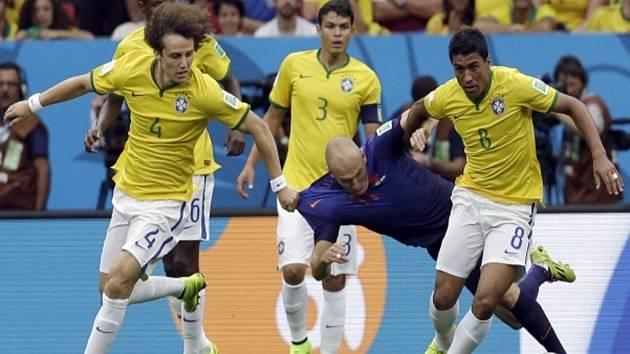 Kanonýr Nizozemska Arjen Robben (v modrém) se snaží prosadit mezi fotbalisty Brazílie.