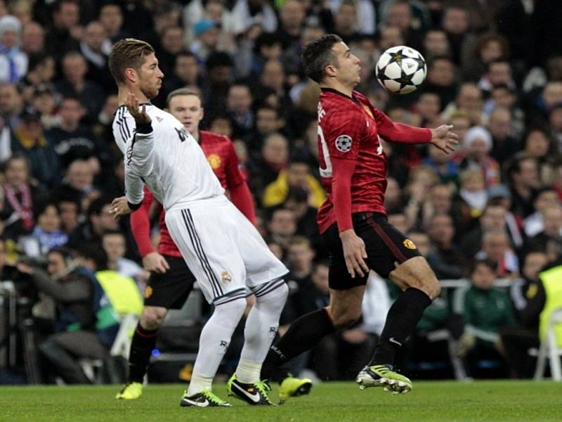 Sergio Ramos z Realu Madrid (vlevo) a Robin van Persie z Manchesteru United.