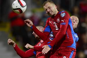 Michal Kadlec (vpředu) proti Islandu.