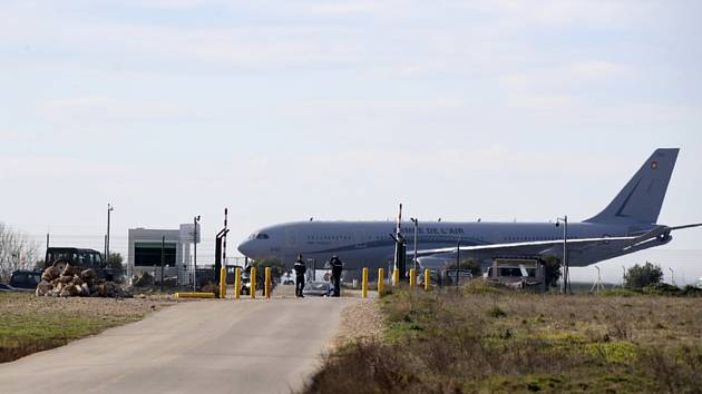 Francouzské armádní letadlo s občany evakuovanými z čínského Wu-chanu po přistání na vojenské základně v Istres