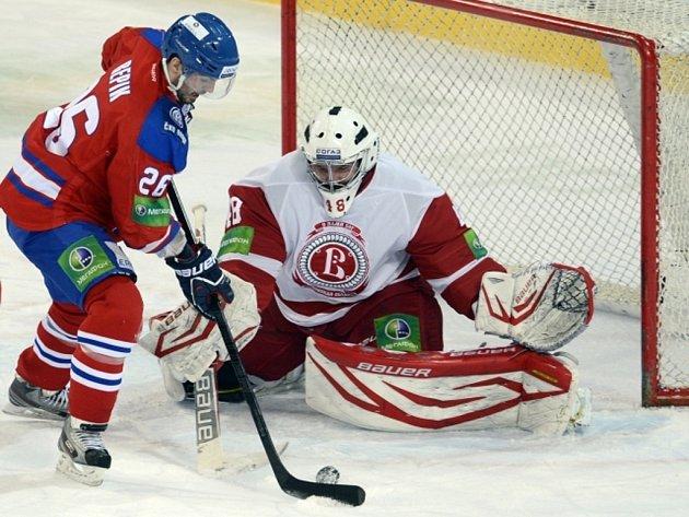 Michal Řepík z Lva Praha se snaží překonat brankáře Čechova Ivana Lisutina.