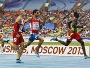 Český rekordman v běhu na 400 metrů Pavel Maslák (vlevo) dobíhá do cíle na třetím místě a zajistil si tak postup do finále.