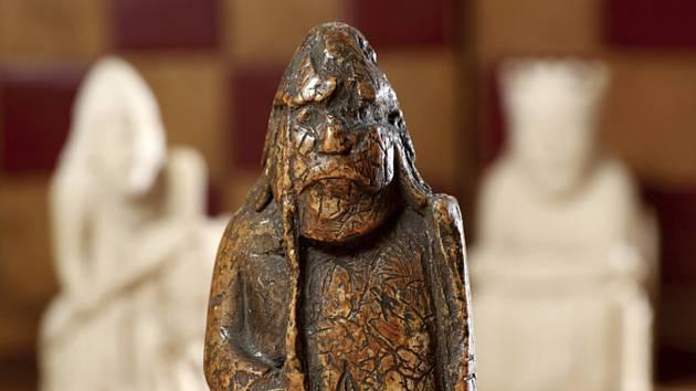 Figurka ze středověké kolekce šachů ze skotského ostrova Lewis, kterou bude dražit aukční dům Sotheby's s vyvolávací cenou 600 000 liber.