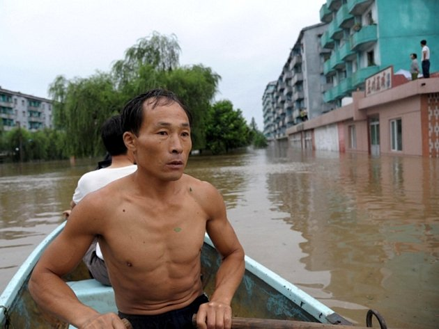 Následky záplav a tajfunu, které zasáhly na přelomu července a srpna roku 2012 Severní Koreu.